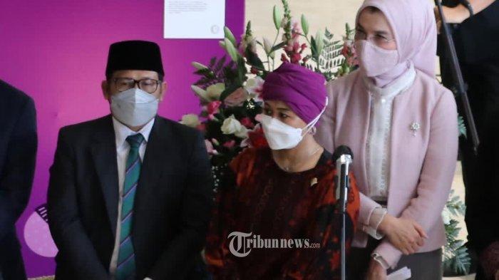 Pembukaan pameran foto Kaukus Perempuan Parlemen dengan Ketua Panita acara sekaligus Anggota KPP-RI Arzeti Bilbina.