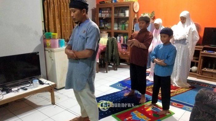 Satu keluarga melaksanakan salat tarawih berjamaah di rumah, di kompleks Rancamanyar Regency 1, Kabupaten Bandung, Sabtu (25/4/2020). Majelis Ulama Indonesia (MUI) menghimbau selama pandemi virus corona (Covid-19) pelaksanaan ibadah salat tarawih selama Ramadan di rumah masing-masing, bertujuan untuk memutus mata rantai penyebaran Covid-19. (TRIBUN JABAR/GANI KURNIAWAN)