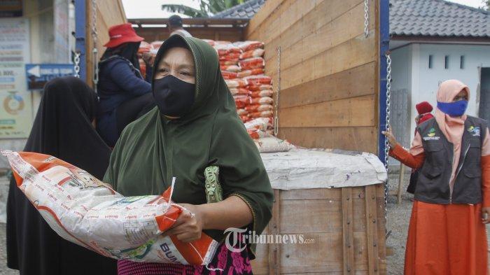 PENYALURAN BANTUAN BERAS- Sejumlah warga menerima bantuan beras  di Kawasan Lampakuk, Kecamatan Kuta Cot Glie, Aceh Besar, Selasa (29/9/2020). Warga dari Keluarga Penerima Manfaat (KPM) Program Keluarga Harapan (PKH) menerima bantuan beras masing-masing sebanyak 45 kilogram untuk tiga bulan (15 kilogram/bulan) dalam rangka program Jaring Pengaman Sosial (JPS) penanganan dampak COVID-19.SERAMBI/HENDRI