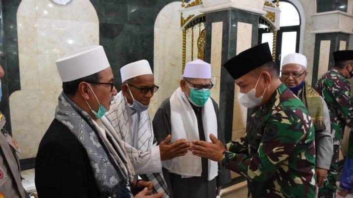 Pangdam Jaya Laksanakan Manunggal Jumat di Masjid Jami Al- Munawwar Pancoran Barat