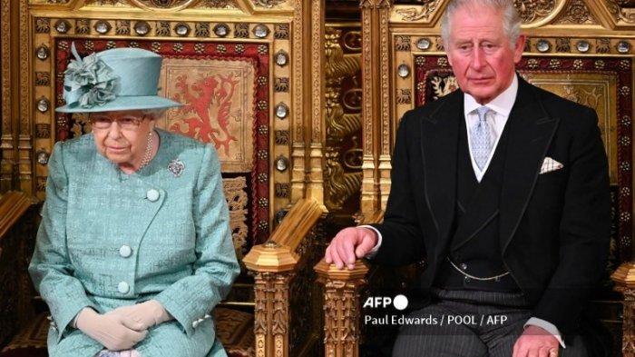 Pangeran Charles duduk bersama Ratu Inggris Elizabeth II di The Sovereign's Throne, sebelum Ratu menyampaikan pidato di ruang House of Lords, selama Pembukaan Parlemen di Gedung Parlemen di London pada 19 Desember 2019