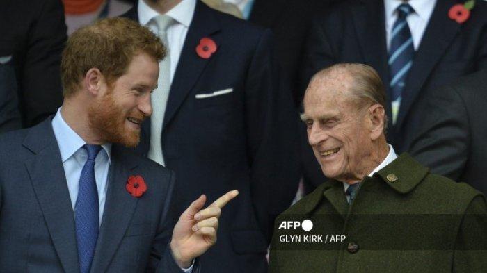 Pangeran Harry berbicara dengan kakeknya Pangeran Philip saat mereka menonton pertandingan final Piala Dunia Rugbi 2015 antara Selandia Baru dan Australia di stadion Twickenham, barat daya London, pada 31 Oktober 2015.
