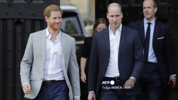 Pangeran Harry (kiri) dan Pangeran William (kanan), tiba untuk menyambut simpatisan di jalan di luar Kastil Windsor di Windsor pada 18 Mei 2018, malam pernikahan kerajaan Pangeran Harry dengan Meghan Markle.