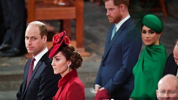 Pangeran Harry dan Meghan Markle duduk di belakang Pangeran William dan Kate Middleton di dalam Westminster Abbey saat mereka menghadiri Commonwealth Service tahunan di London pada 9 Maret 2020.