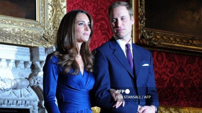 Pangeran William dan Kate Middleton berpose untuk fotografer selama sesi pemotretan untuk menandai pertunangan mereka, di State Rooms of St James's Palace, London pusat pada 16 November 2010