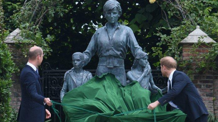 Pangeran William (kiri) dan Pangeran Harry mengungkap patung ibu mereka, Putri Diana di The Sunken Garden di Istana Kensington, London pada 1 Juli 2021.