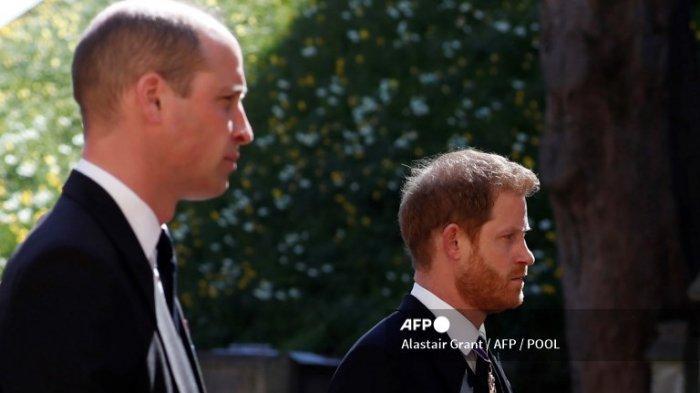 Pangeran William (kiri) dan Pangeran Harry saat prosesi pemakaman Pangeran Philip pada 17 April 2021.