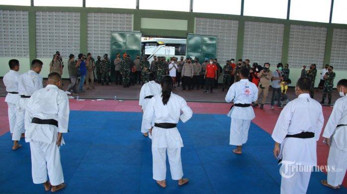 Panglima TNI Marsekal Hadi Tjahjanto, S.I.P. selaku Ketua Umum Federasi Karate-Do Indonesia (FORKI) bersama Kapolri Jenderal Polisi Listyo Sigit Prabowo, meninjau Pemusatan Latihan Nasional (Pelatnas) Karate di GOR Jasdam Kodam IX/Udayana, Kepaoen Bali, Kamis (4/2/2021). (TRIBUNNEWS/PUSPEN TNI)