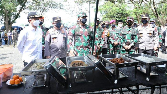Panglima TNI Marsekal TNI Hadi Tjahjanto meninjau dapur lapangan Korps Marinir yang didirikan di Kabupaten Bangkalan pada Sabtu (19/6/2021).