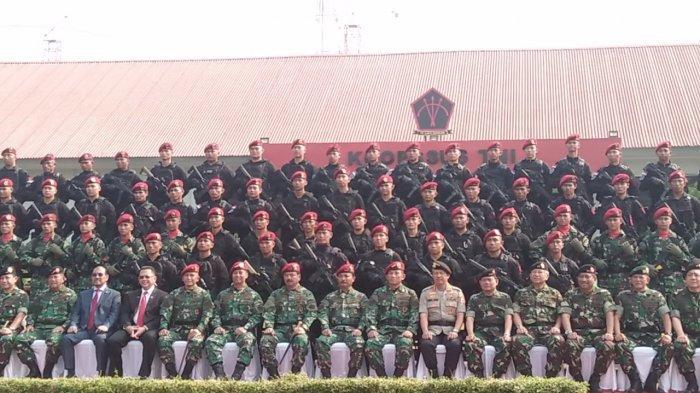Panglima TNI, Marsekal TNI Hadi Tjahjanto bersama tiga Kepala Staf Angkatan dan tamu undangan berfoto bersama dengan tamu undangan dan pasukan Komando Operasi Khusus Tentara Nasional Indonesia (Koopssus TNI) di depan Markas Koopsus TNI, Mabes TNI, Cilangkap, Jakarta Timur pada Selasa (30/7/2019).