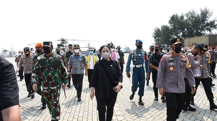 Panglima TNI Marsekal TNI Hadi Tjahjanto bersama sejumlah pejabat negara meninjau lokasi penyekatan mudik di Pelabuhan Bakauheni Lampung, Merak Banten, dan Tol Pejagan pada Minggu (9/5/2021).
