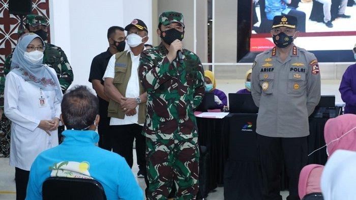 Panglima TNI Tinjau Serbuan Vaksinasi Covid-19 Untuk Lansia dan Keluarga Besar TNI-Polri di Cilacap