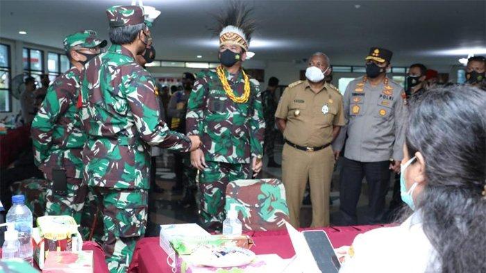 Panglima TNI Tinjau Vaksinasi AstraZeneca Bagi Ribuan Prajurit TNI AD di Manokwari