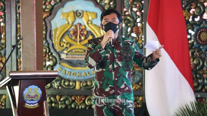 Panglima TNI Marsekal TNI Hadi Tjahjanto, S.I.P., bersama Kapolri Jenderal Pol Drs. Listyo Sigit Prabowo, M.Si., dan Kepala BNPB Letjen TNI Ganip Warsito melaksanakan rapat terkait penanganan Covid-19 di Pendopo Agung Bangkalan Jawa Timur, Sabtu (12/6/2021). Rapat tersebut membahas masalah penanganan Covid-19 dan penjelasan terkait dinamika Covid-19 di wilayah Kabupaten Bangkalan yang disampaikan oleh Bupati Bangkalan R. Abdul Latif Amin Imron. TRIBUNNEWS.COM/PUSPEN TNI