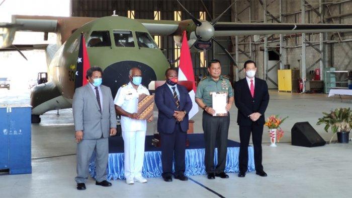 Panglima TNI Serahkan Bantuan untuk Perbaiki Mesin Pesawat Angkatan Bersenjata Papua Nugini