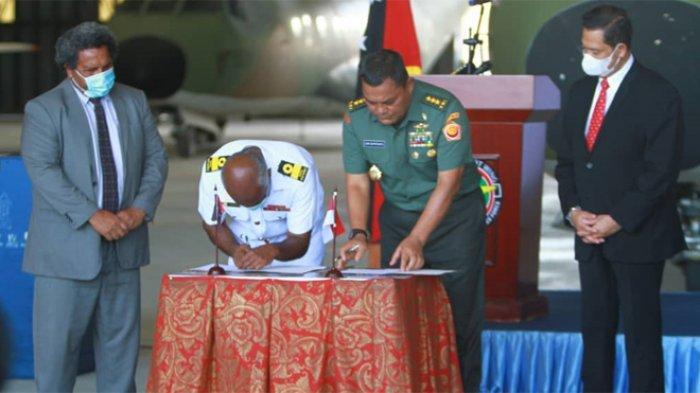 Panglima TNI Serahkan Bantuan Perbaikan Mesin Pesawat Milik Papua New Guenea_1