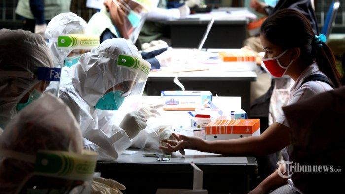 Panitia dan peserta Ujian Tulis Berbasis Komputer (UTBK) Seleksi Bersama Masuk Perguruan Tinggi Negeri (SBMPTN) 2020 menjalani rapid test Covid-19 seusai pelaksanaan ujian di halaman Gedung Direktorat Teknologi Informasi dan Komunikasi (TIK), Kampus Universitas Pendidikan Indonesia (UPI), Jalan Setiabudhi, Kota Bandung, Jawa Barat, Selasa (7/7/2020). Pelaksanaan rapid test ini berdasarkan peraturan, ketentuan, dan standar protokol kesehatan Pemerintah Republik Indonesia melalui Gugus Tugas Percepatan Penanganan Covid-19 dengan prinsip melindungi dan menjaga kesehatan dan keselamatan para pihak serta mencegah penyebaran virus corona dengan membatasi pergerakan peserta antar provinsi dan atau antar kabupaten/kota. - Kementerian Kesehatan (Kemenkes) telah menetapkan batas tarif tertinggi bagi fasilitas kesehatan untuk sediakan Rapid Test terkait virus Covid-19.