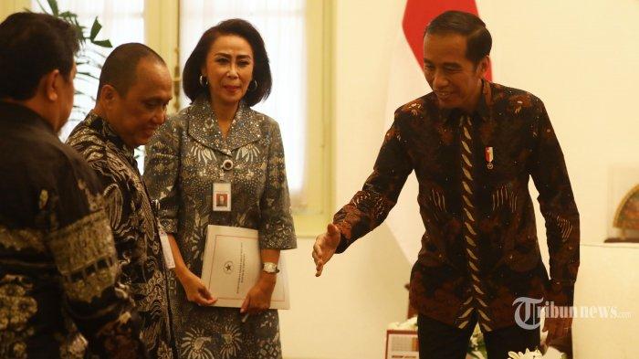 Presiden Joko Widodo (kanan) menyalami panitia seleksi (pansel) calon pimpinan (capim) KPK disaksikan Ketua Pansel Yenti Garnasih (kedua kanan) di Istana Merdeka Jakarta, Senin (2/9/2019). Kedatangan pansel yang dipimpin oleh Ketua Pansel Yenti Garnasih tersebut untuk menyerahkan 10 nama capim KPK kepada Presiden Joko Widodo. TRIBUNNEWS/IRWAN RISMAWAN