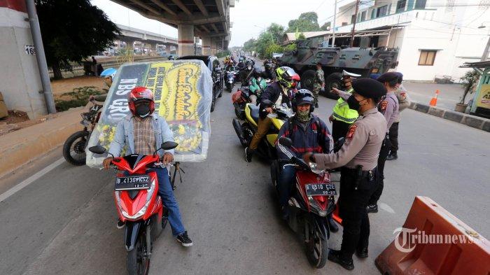 Petugas gabungan dari TNI dan Polri menjaga perbatasan Bekasi dan Jakarta Timur saat pelaksanaan Pemberlakuan Pembatasan Kegiatan Masyarakat (PPKM) Darurat, di Jalan Kalimalang, Pondok Kelapa, Jakarta Timur, Senin (5/7/2021). Petugas yang menjaga kawasan itu dengan kendaraan lapis baja jenis panser dan kendaraan taktis Barracuda meminta pengendara putar arah kembali ke wilayahnya saat pelaksanaan PPKM Darurat. Warta Kota/Alex Suban