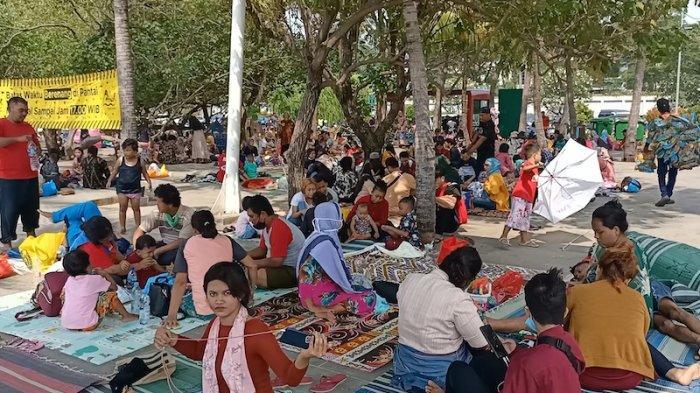 Warga memadati wilayah Pantai Ancol, Jakarta Utara usai menjalani Shalat Idul Fitri dan melakukan rekreasi bersama sanak keluarga. Kamis (13/5/2021).