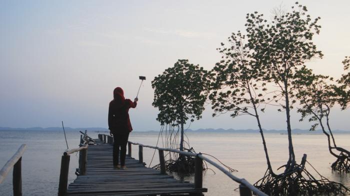 Menikmati Sore di Pantai Cakang, Memandangi Kapal-kapal yang Melintasi Perairan Batam