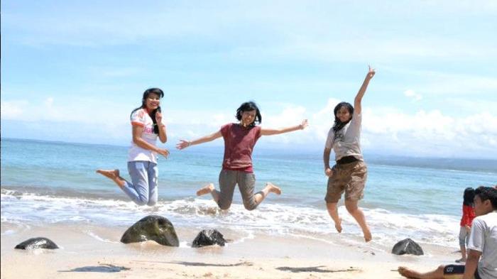 Sejumlah wisatawan selfie heboh di Pantai Santolo, Garut  (Kompasiana.com/ Adelina Putri Widyanti)