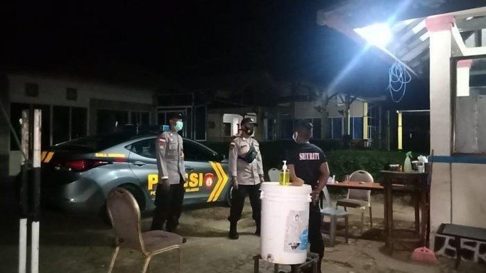 Suasana saat polisi memantau penjagaan pencari suaka di Bhadra Resort Bintan, Provinsi Kepri.