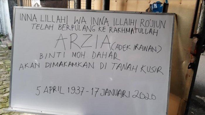 Papan pengumuman berita duka almarhumah Ade Irawan di rumah duka, kawasan Lebak Bulus, Jakarta, Jumat (17/1/2020).