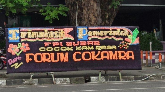 Puluhan Karangan Bunga Berisi Dukungan Pembubaran FPI Berjejer di Sejumlah Tempat di Medan