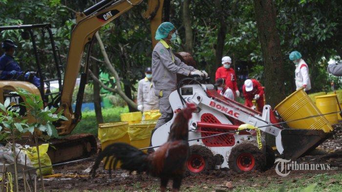 Tim Badan Tenaga Nuklir Nasional (BATAN) bersama Badan Pengawas Tenaga Nuklir (Bapeten) melakukan Dekontaminasi terhadap temuan paparan tinggi radioaktif di Perumahan Batan Indah, Serpong, Tangerang Selatan, Banten, Senin (17/2/2020). Kepala BATAN Anhar Riza Antariksawan memastikan temuan Bapeten tentang adanya zat radioaktif di area kosong Komplek Batan Indah tidak berasal dari kecelakaan atau kebocoran reaktor riset G.A. Siwabessy, dan hingga saat ini reaktor yang dioperasikan sejak 1987 tersebut tetap beroperasi dengan aman dan lancar. (Warta Kota/Henry Lopulalan)