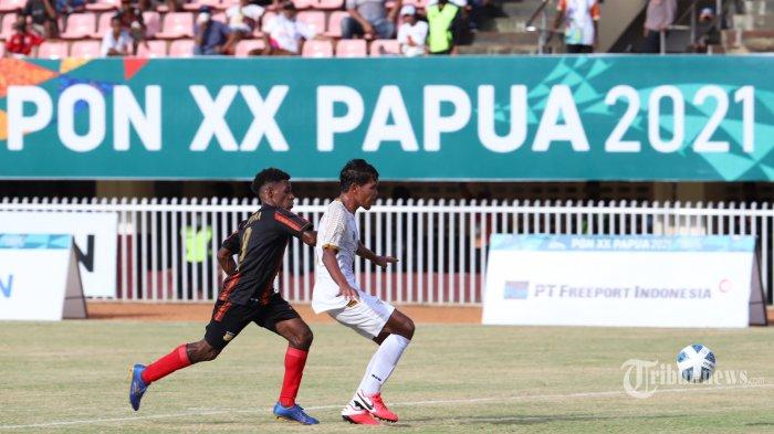 Pesepak bola Papua (jersey hitam garis merah) berebut bola dengan pesepak bola Aceh (jersey putih) pada babak 6 besar Pekan Olahraga Nasional (PON) XX Papua 2021 di Stadion Mandala, Kota Jayapura, Papua, Minggu (6/10/2021). Tribunnews/Jeprima