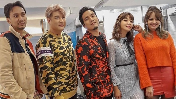 Para host Tonight Show NET TV didandani oleh Shindong Super Junior.