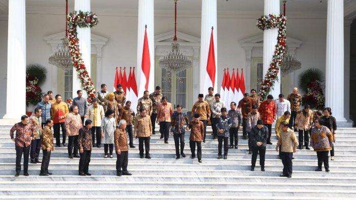Para menteri Kabinet Indonesia Maju di depan kompleks Istana Kepresidenan, Jakarta, menjelang pelantikan Rabu pagi (23/10/2019).