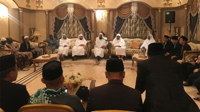 Para Muadzin Masjidil Haram menerima delegasi rombongan dari Indonesia yang tergabung dalam peserta Daurah al-Shaifiyyah Universitas Ummul Qura Mekkah al-Mukarramah (Tribunnews.com/Muhammad Husain Sanusi/MCH2019)