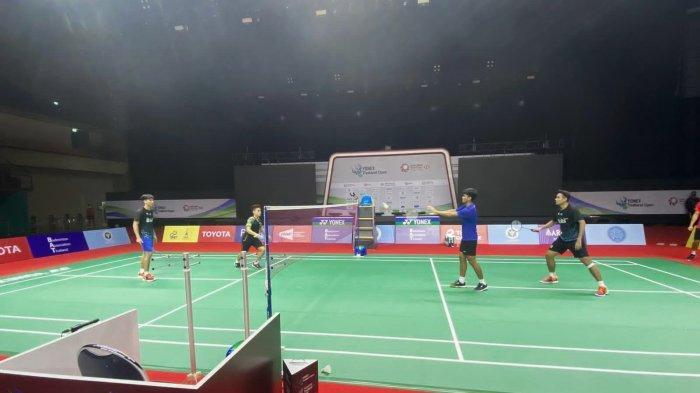 Para pebulutangkis Indonesia saat menjalani latihan terakhir sebelum tampil pada Yonex Thailand Open pada esok hari, Selasa (12/1/2021).