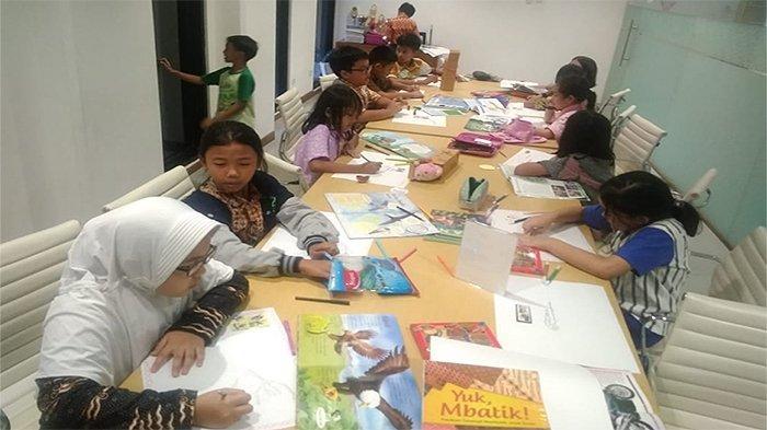 Para pelajar Al Ihzar sedang membuat mind mapping filateli.