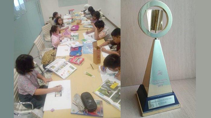 Para pelajar Al Ihzar sedang membuat mind mapping filateli dan penghargaan dari Pos Indonesia (kanan).