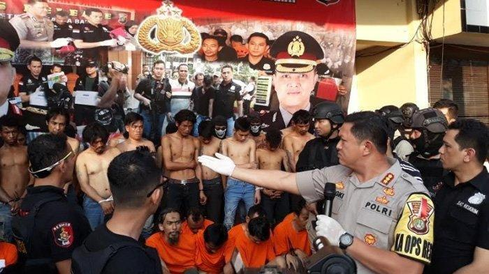 Para Pelaku kerusuhan di Asrama Polri Petamburan, dan Slipi, Jakarta Barat saat ditunjukan kepada awak media di Mapolres Metro Jakarta Barat.