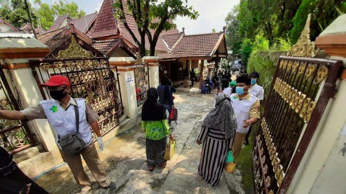 Para pelayat wajib memakai masker, mencuci tangan, dan diperiksa suhu tubuhnya saat akan memasuki rumah duka Didi Kempot.