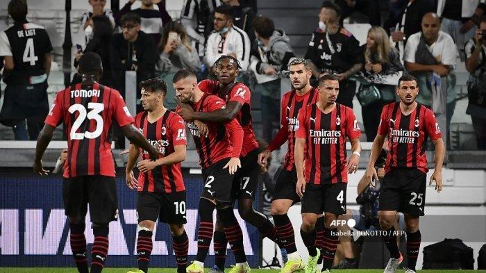 Para pemain AC Milan merayakan setelah mencetak gol pada pertandingan sepak bola Serie A Italia antara Juventus dan AC Milan di stadion Juventus di Turin, pada 19 September 2021.