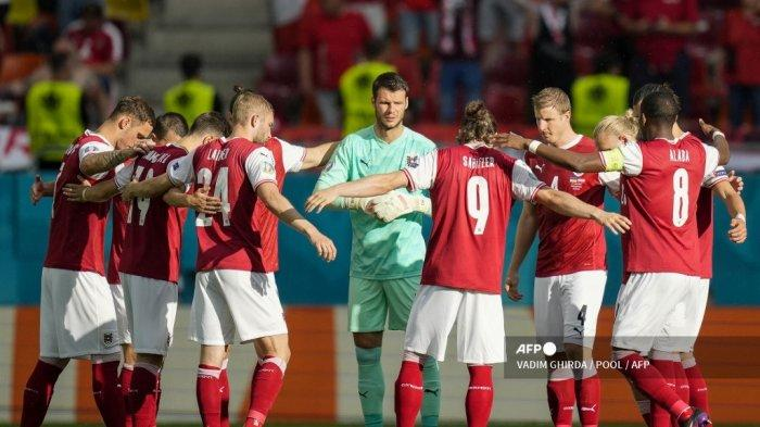 Para pemain Austria berkumpul sebelum pertandingan sepak bola Grup C UEFA EURO 2020 antara Ukraina dan Austria di National Arena di Bucharest pada 21 Juni 2021.