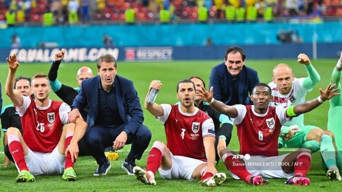 Para pemain Austria merayakan kemenangan setelah memenangkan pertandingan sepak bola Grup C UEFA EURO 2020 antara Ukraina dan Austria di National Arena di Bucharest pada 21 Juni 2021.