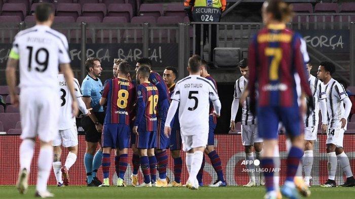 Para pemain Barcelona berdebat dengan wasit Jerman Tobias Stieler mengenai keputusan penalti selama pertandingan sepak bola grup G Liga Champions UEFA antara Barcelona dan Juventus di stadion Camp Nou di Barcelona pada 8 Desember 2020. Josep LAGO / AFP