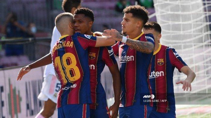 Para pemain Barcelona merayakan kemenangan setelah mencetak gol dalam pertandingan sepak bola Liga Spanyol antara Barcelona dan Real Madrid di stadion Camp Nou di Barcelona pada 24 Oktober 2020. LLUIS GENE / AFP