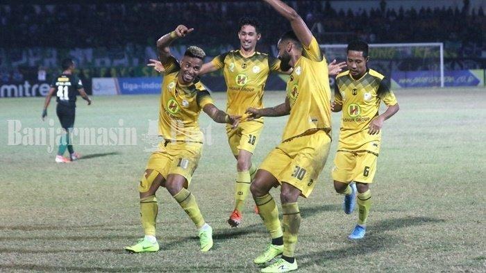 Para pemain Barito Putera merayakan gol yang dicetak Rafael da Silva ke gawang Persebaya Surababaya dalam laga lanjutan Liga 1 2019 di Stadion Demang Lehman Martapura, Sabtu 28 September 2019