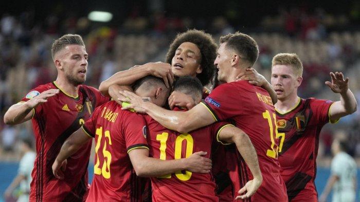 Para pemain Belgia merayakan gol pertama mereka selama pertandingan sepak bola babak 16 besar UEFA EURO 2020 antara Belgia dan Portugal di Stadion La Cartuja di Seville pada 27 Juni 2021. THANASSIS STAVRAKIS / POOL / AFP