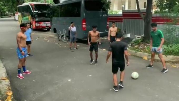 Kompetisi Berhenti, Pemain Bhayangkara FC Bermain Bola di Jalanan