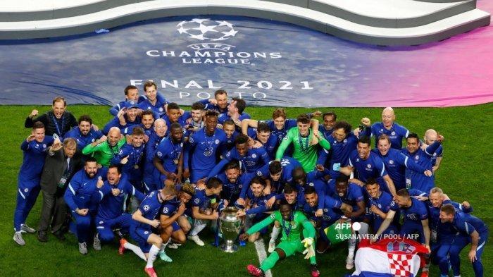 Para pemain Chelsea merayakan dengan trofi setelah memenangkan pertandingan final Liga Champions UEFA di stadion Dragao di Porto pada 29 Mei 2021.