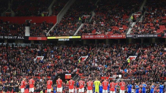 Para pemain dan ofisial bertepuk tangan untuk NHS menjelang pertandingan persahabatan pramusim antara Manchester United dan Everton di Old Trafford di Manchester, barat laut Inggris, pada 7 Agustus 2021.