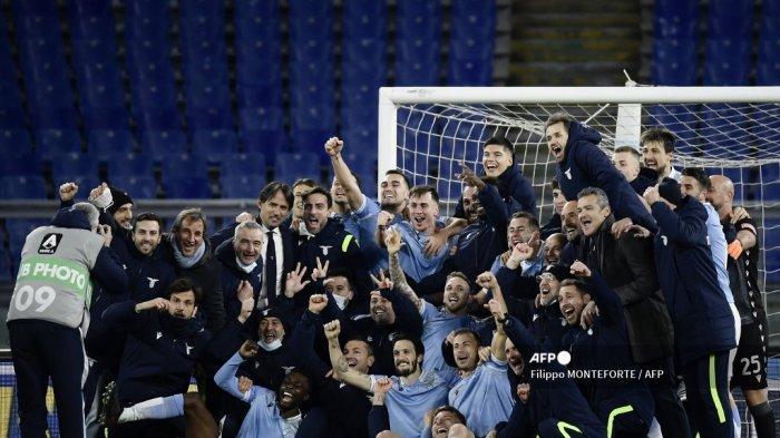 Para pemain dan staf Lazio berpose untuk foto grup setelah mengalahkan Roma 3-0 selama pertandingan sepak bola Serie A Italia Lazio Roma vs AS Roma pada 15 Januari 2021 di stadion Olimpiade di Roma. Filippo MONTEFORTE / AFP
